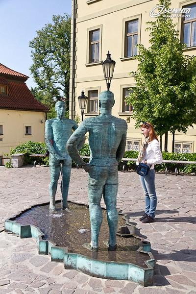 捷克共和国在欧盟总部办公楼前设立的雕塑作品entropa,是素以风格