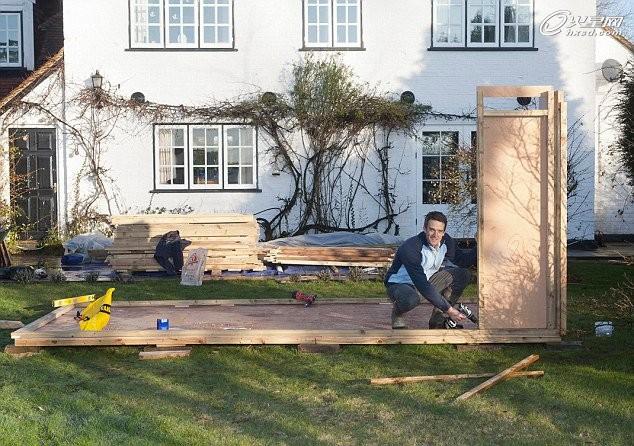 英國的一家小木屋公司日前推出一項推銷手段,讓消費者挑戰在盡可能短的時間內自己動手搭建木屋。據英國《每日郵報》報道,英國當地的一名男子僅用了一周時間就成功地建造一座小屋,并贏得挑戰。 這名男子首先開始把家里花園前部分的草皮挖掉,挖基座;隨后,他按照指示安裝房子的主體結構、添加山墻、搭設屋頂、鋪設防水膜……直至增添家具。在不到一周的時間內,這位男子完成了木房的建設。 這家小木屋公司表示,目前該公司的建材已經在搶購。該公司創始人馬克·伯頓(Mark Burton)表示,